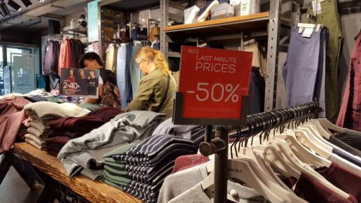 Los comercios de Ibiza lanzan descuentos de hasta el 50% por el 'Black Friday'.