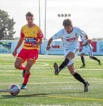 Guille Andrés se anticipa a un defensor del Alcoyano y golpea el esférico contra la portería alicantina.