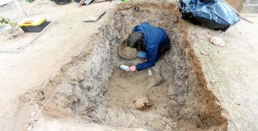 A 70 centímetros de profundidad se encontraron restos humanos que, no obstante, tienen el perfil de enterramientos ordinarios y no pertenecen a los de los hombres fusilados.