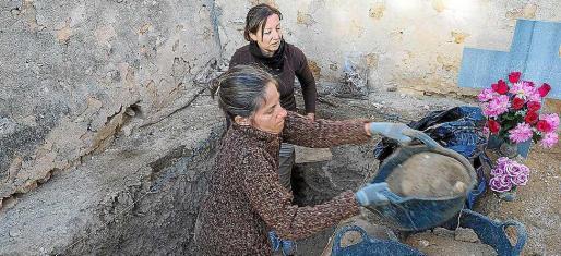 Los familiares se acercaron el segundo día para presenciar las labores que realizaban el equipo de arqueológos y antropólogos.
