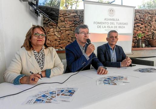 De izq. a dcha.: Ángeles Nogales, Lucas Prats y Vicent Torres 'Benet', durante la asamblea de Fomento.
