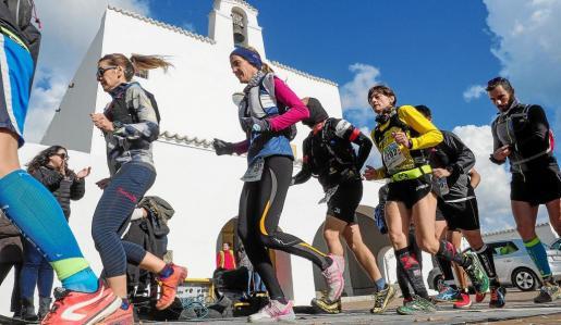 Una imagen que recoge el paso de un grupo de atletas por Sant Josep.