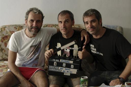 David Marqués (centro), director y guionista de 'Desechos' con dos de sus protagonistas: Guillermo Toledo (izquierda) y Adrià Collado (derecha).