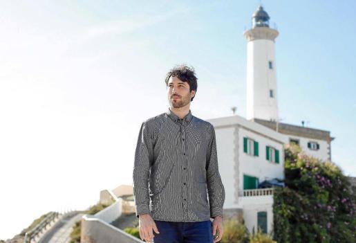 El joven historiador Jorge Montañés, frente al faro de es Botafoc durante su visita a Ibiza para realizar parte de su investigación.