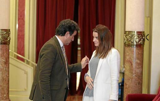 Biel Company y Marga Prohens conversan en los pasillos del Parlament.