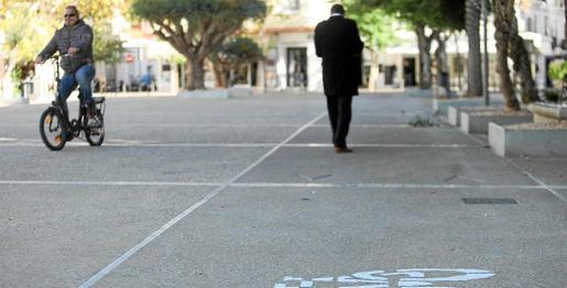 En el paseo de Vara de Rey es frecuente ver a peatones caminando sobre el carril bici y a ciclistas circulando por donde no está permitido.