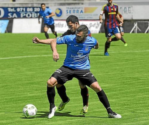 Gabri, delantero del Formentera, en primer término en la imagen, trata de proteger el esférico de un defensor rival.