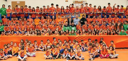 Una foto de familia para el recuerdo con las distintas promociones de jugadores del HC Eivissa, tanto de los equipos de la base como los séniors del equipo de Primera Nacional.