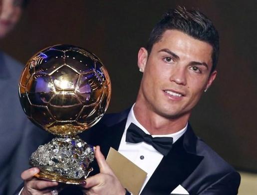 El futbolista del Real Madrid, Cristiano Ronaldo posa con el Balón de Oro en el transcurso de la ceremonia de entrega del trofeo en París.