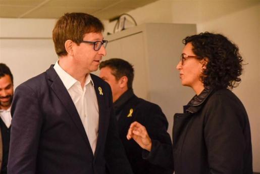 El conseller cesado, Carles Mundó junto a M. Rovira.