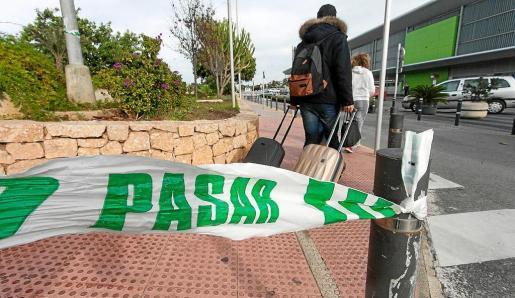 La Guardia Civil acordonó el aparcamiento público del aeródromo de es Codolar.