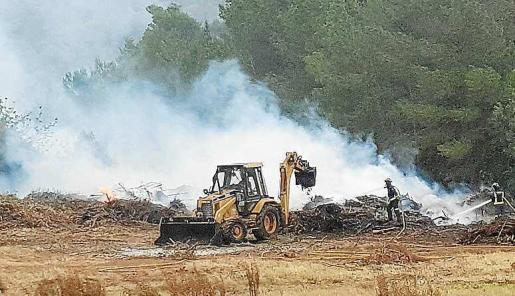 Los bomberos y las brigadas del Ibanat trabajaron con el apoyo de una excavadora para remover y refrescar los puntos calientes originados por la gran cantidad de rastrojos acumulados.