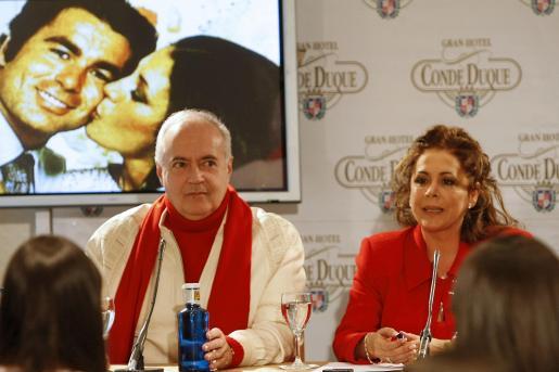 Isabel Pantoja, acompañada por el empresario teatral José Luis Moreno, durante la presentación de su nuevo espectáculo.