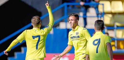 Varios jugadores del Villarreal B celebran uno de los goles del partido contra la Peña Deportiva.