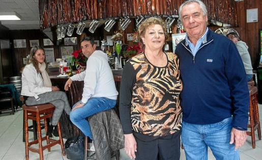 Antonia Planells y Toni Marí 'Moreras', dueños del bar Ses Botes, posan delante de la barra.