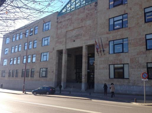 Imagen de la fachada de los juzgados de León donde ayer estaba programado el juicio.