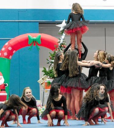 Un grupo pone en práctica un acrobático ejercicio libre con mucha elegancia.