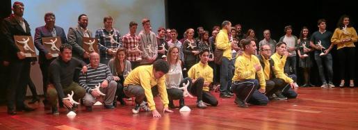 La mayor parte los premiados posó para las cámaras al término de la gala, celebrada en el Auditorio de Cas Serres ante 300 personas.