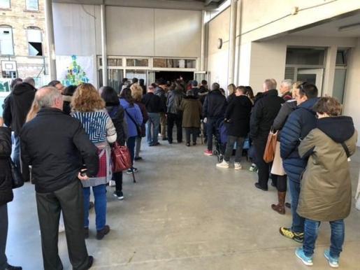 Colas de gente votando en la escola La Llacuna de Barcelona.
