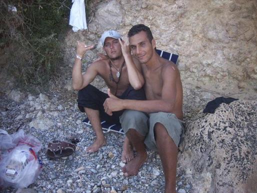 Jonathan Blanch, a la izquierda de la imagen, con su amigo Abdenasser, con quien compartió residencia en la Comandancia.