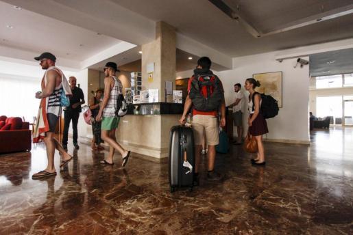 Imagen de archivo de turistas en la recepción de un hotel de Ibiza.
