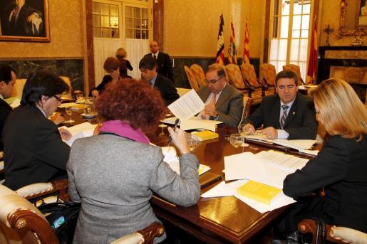 Reunión de la Mesa del Parlament, ayer, que admitió a trámite la comparecencia del presidente Antich.