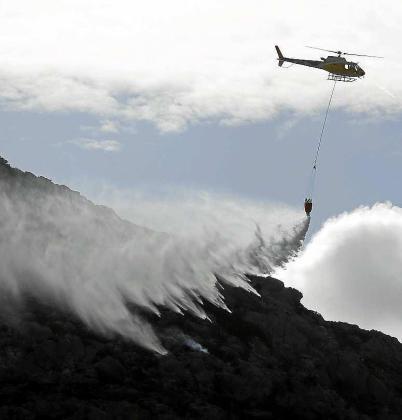 Los servicios de emergencias se emplearon a fondo para dar por extinguido el incendio.