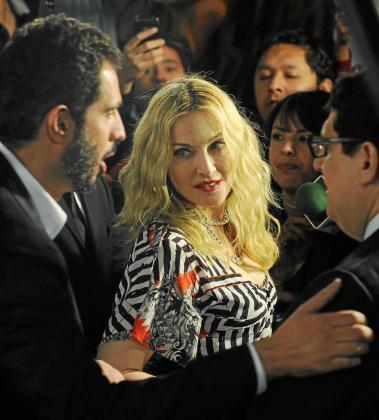 La cantante estadounidense Madonna llega a la inauguración, en un barrio exclusivo de Ciudad de México (México), del primero de diez gimnasios en el mundo de su cadena Hard Candy Fitness.