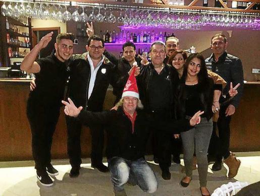 Foto de grupo de los camareros del Club Nàutic de Sant Antoniy Del Rio.