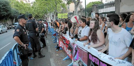 Policías y activistas animalistas frente a frente, el pasado julio, antes de una corrida de toros en Palma.