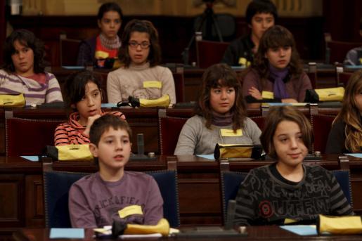 Un total de 75 alumnos llenaron la sala de Plenos del Parlament.