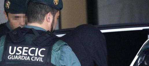 José Enrique Abuín Gey, 'El Chicle', detenido por la muerte violenta de la joven Diana Quer, es trasladado por agentes de la Guardia Civil tras comparecer ante la magistrada del juzgado número tres de Ribeira, en funciones de guardia.