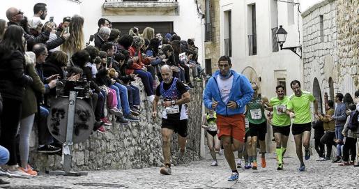 Un grupo de corredores de la Pujada afronta el último y pronunciado repecho de la carrera antes de alcanzar la meta.