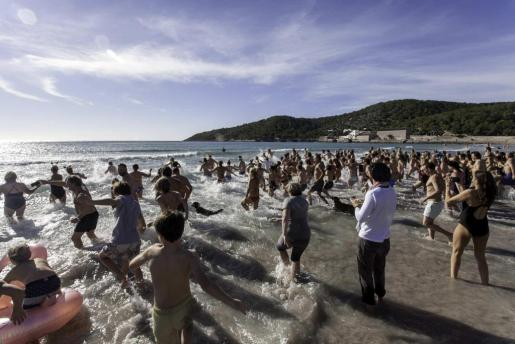 Una imagen de la gran celebración que se vivió ayer en la playa de ses Salines para conmemorar el inicio del 2018 con un baño refrescante en el mar acompañado de bebida y comida sobre la arena de la playa.