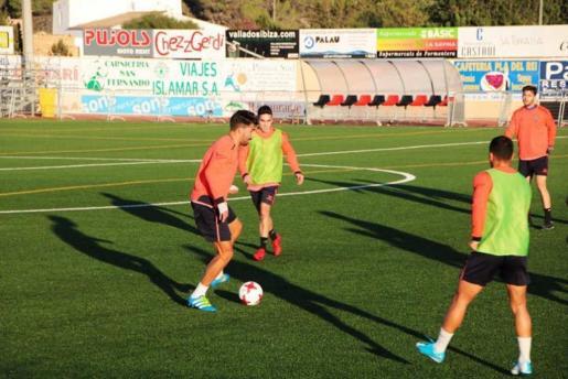 Juan Antonio, delantero rojinegro, durante un entreno.