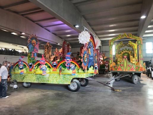 Preparativos de las carrozas eb Ibiza para la llegada de los Reyes de Oriente.