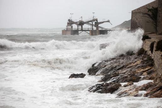 La borrasca 'Ana' dejó rachas de viento de 87 km/h y un oleaje que golpeó con fuerza el litoral pitiuso, lo que provocó el cierre temporal de los puertos de Vila y la Savina desde primera hora de la mañana hasta mediodia.
