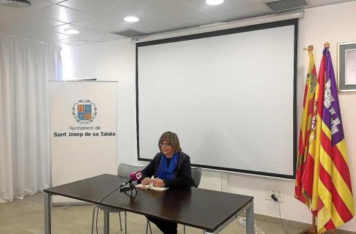 En la imagen, Paquita Ribas, concejala de Treball i Formació de Sant Josep, en un momento de la rueda de prensa de ayer.