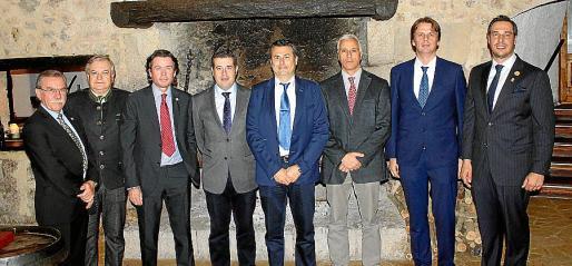 La nueva junta: Xisco Marroig, Miguel Estade, Yann de Bouvier, Javier Vidal, Miguel Ferrer, Jaime Tomás, Alejandro Roca y Arturo Lope.