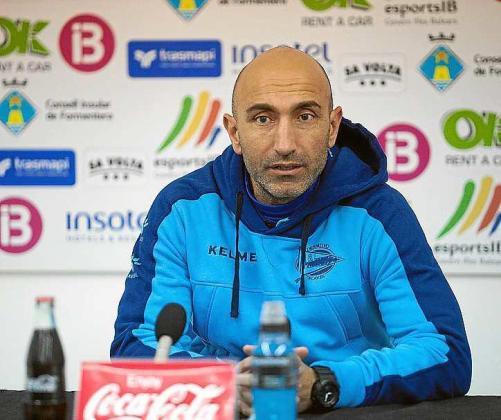 Abelardo Fernández, técnico del Alavés, en rueda de prensa.