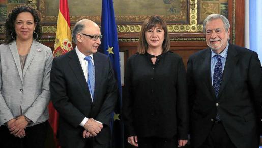 La presidenta del Govern y la consellera Catalina Cladera posan con Cristóbal Montoro y Antonio Beteta, exsecretario de Estado de Administraciones Públicas. La foto tiene casi dos años y en esa reunión se habló del déficit, pero también de la reforma de la financiación, que sigue sin cambios dos años después.