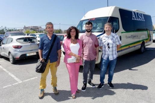 La consellera insular de Mobilitat, Pepa Marí, y el coordinador del área junto a los concejales de Vila y Santa Eulària, durante la presentación el pasado verano de la nueva línea de autobús que conecta el centro de Vila con los aparcamientos disuasorios y Puig d'en Valls.