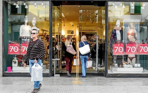 Los comercios presentan ya descuentos de hasta un 70%. Fotos: ARGUIÑE ESCANDÓN
