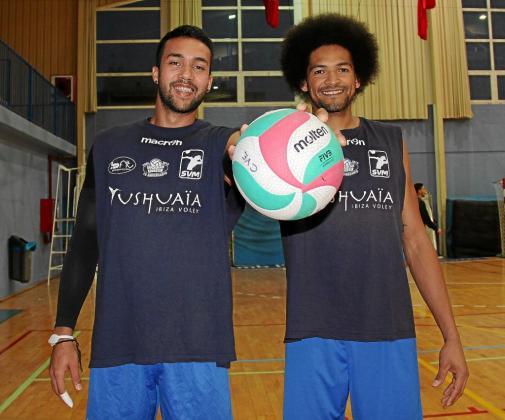 Héctor Salerno y Elvis de Oliveira posan juntos antes del entrenamiento de ayer por la tarde.