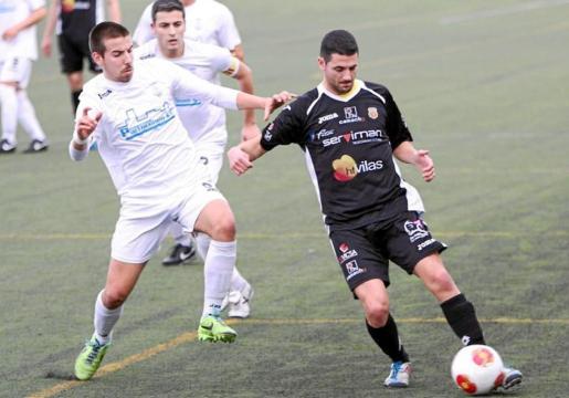 Salinas conduce la pelota durante un partido en su anterior etapa como jugador de la Peña Deportiva.