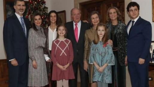 El Rey Juan Carlos ha celebrado su 80 cumpleaños con una comida en el Palacio de la Zarzuela a la que han asistido los Reyes Felipe y Letizia y sus hijas, doña Sofía y la infanta Elena con sus hijos, Felipe Juan y Victoria Federica, aunque con la ausencia de la infanta Cristina y sus cuatro hijos.