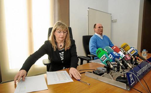 La exalcaldesa de Vila Sánchez–Jáuregui junto a su teniente de alcalde, Juan Daura, cuando dieron explicaciones sobre la contratación de la publicidad.
