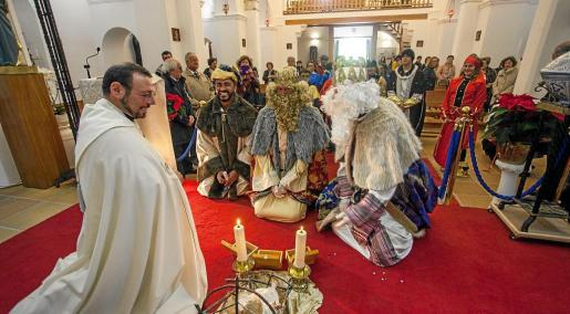 Sus Majestades de Oriente entregan el oro, el incienso y la mirra al Niño en la iglesia de Jesús. Fotos: DANIEL ESPINOSA