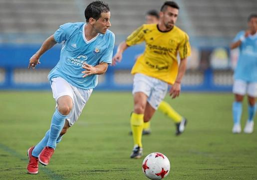Sergio Cirio, delantero de la UD Ibiza, corre con el balón hacia la meta rival, en una imagen de un partido del pasado año.