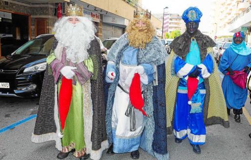 Melchor, Gaspar y Baltasar salieron de la sede de la Asociación de Vecinos y luego repartieron regalos e ilusión en el Parque de la Paz.